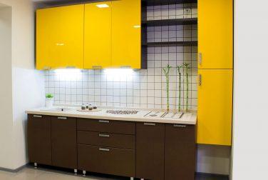 Кухня с фасадом с эмалью Джалло